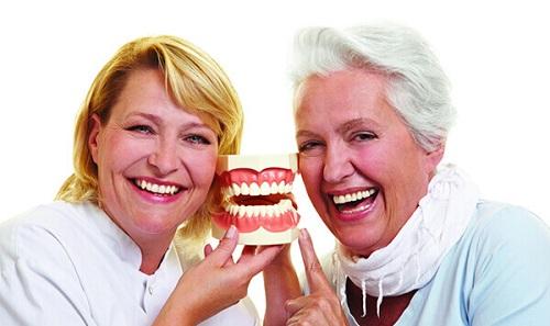 Trồng răng giả cho ng già 1