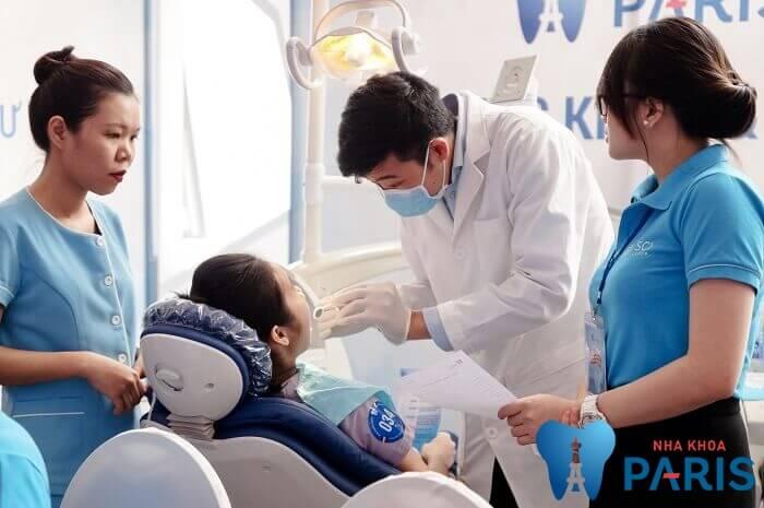 Bác sĩ tham khám trồng răng giả có bị hôi miệng không?